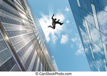 Hombre saltando sobre el techo
