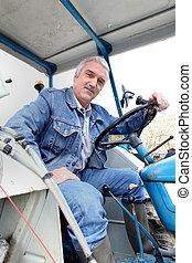 Hombre sentado en un tractor