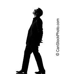 Hombre silueta caminando mirando hacia arriba