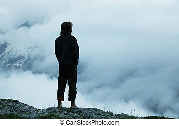 Hombre silueta en las montañas