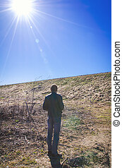 Hombre solitario parado.