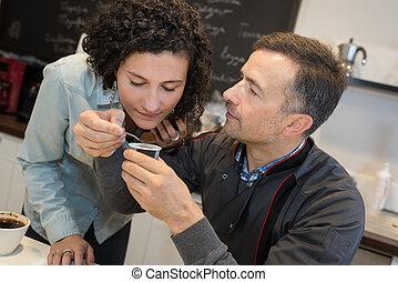 Hombre sosteniendo café para que la mujer huela