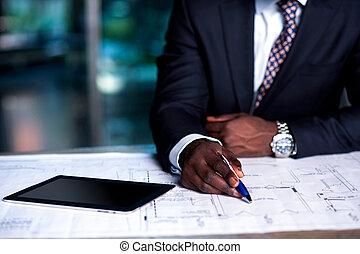 Hombre trabajando en el plan de desarrollo de negocios