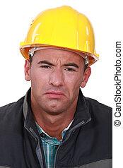 Hombre triste con sombrero duro
