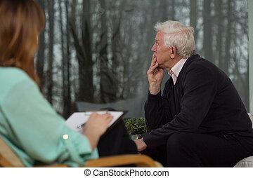 Hombre triste hablando con psicólogo