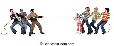Hombre y mujer casuales jugando al remolcador de la guerra, aislados en blanco