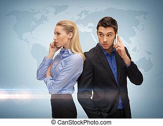 Hombre y mujer con teléfonos celulares