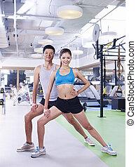 Hombre y mujer ejercitándose en gimnasia