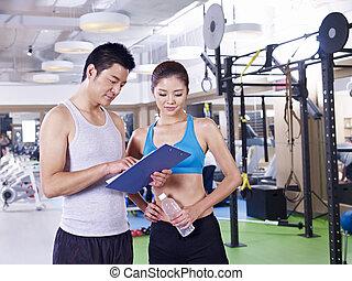 Hombre y mujer en el gimnasio