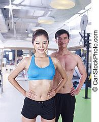 Hombre y mujer en gimnasia