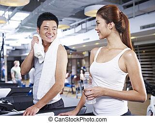 Hombre y mujer en la cinta