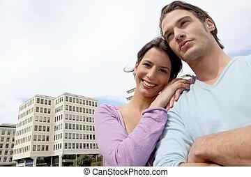 Hombre y mujer frente a una oficina