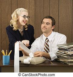 Hombre y mujer trabajando.