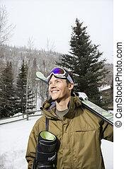 Hombre yendo a esquiar.