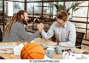 Hombres agradables decidiendo quién es más fuerte