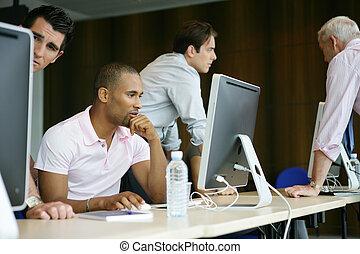 Hombres de negocios en un entrenamiento profesional