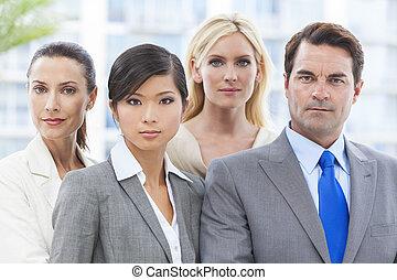 Hombres de negocios interraciales