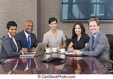 Hombres de negocios interraciales se reúnen en la sala de juntas