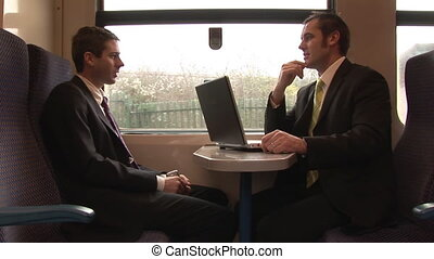 Hombres de negocios trabajando en un tren