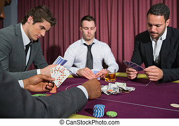 Hombres en la mesa de póquer