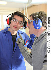 Hombres hablando en una fábrica