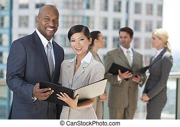Hombres interraciales mujeres del equipo de negocios de la ciudad