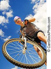 Hombres jóvenes en bicicleta
