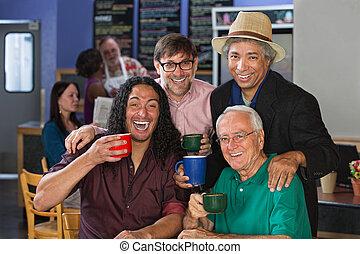 Hombres perversos celebrando