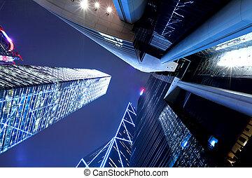 Hong Kong por la noche, vista desde abajo