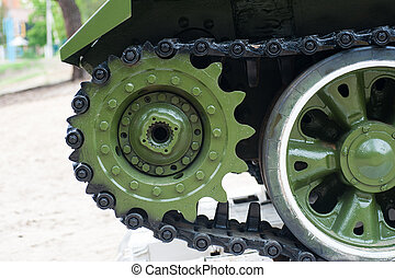 Huellas del tanque en un pedestal cerca