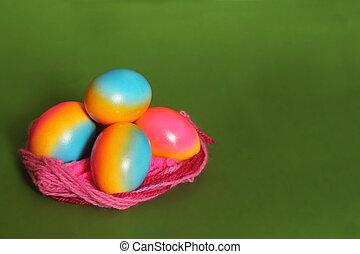 Huevos coloridos en el nido