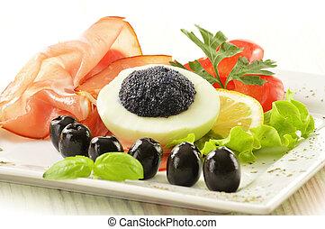 Huevos con caviar y guarnición