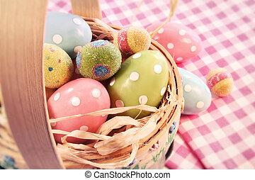 Huevos de diferente color en una canasta de Pascua