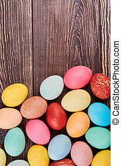 Huevos de Pascua en madera marrón.