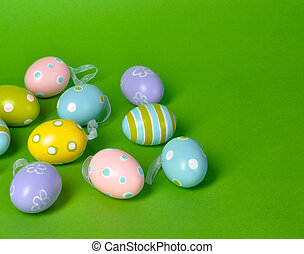 Huevos de Pascua en verde fondo con espacio de copia