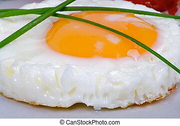 Huevos fritos al lado del sol