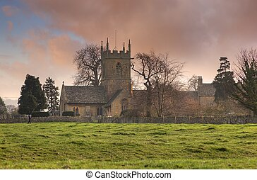 Iglesia Cotswold al atardecer