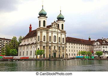Iglesia jesuita y muelle, Lucerne, Suiza