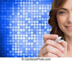Imágenes compuestas de una mujer de negocios sonriente escribiendo con marcador de pizarra en el fondo azul y blanco