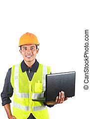 Imágenes verticales del ingeniero asiático con portátil