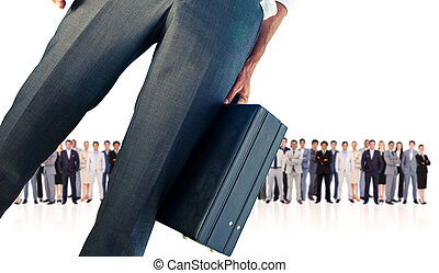Imagen compuesta de un hombre de negocios sosteniendo maletín