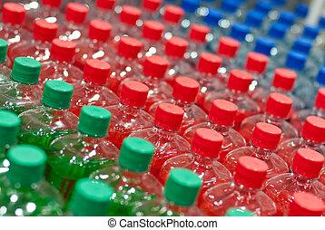 Imagen de muchas botellas de plástico con agua en una tienda