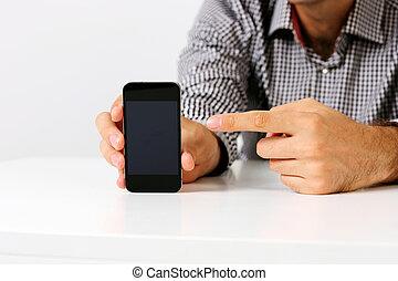 Imagen de un hombre apuntando a la pantalla de smartphone