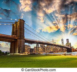 Impresionante horizonte nocturno de Manhattan desde Brooklyn Bridge Park.