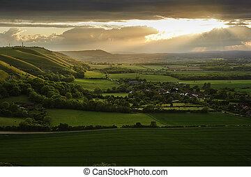Impresionante puesta de sol sobre el paisaje rural