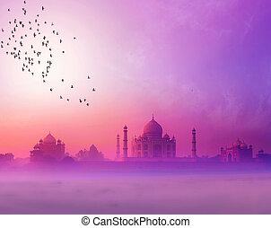 India. Taj mahal atardecer silueta. Palacio Tajmahal en el cielo del atardecer