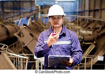 Ingeniero asiático trabajando en la planta de producción