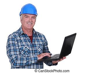 Ingeniero con portátil