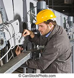 Ingeniero de mantenimiento en el trabajo