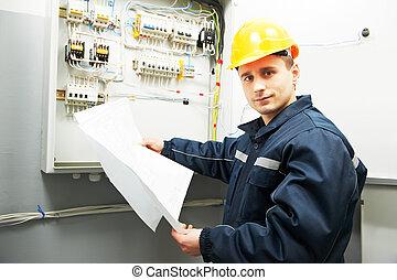Ingeniero electricista con proyecto de planos
